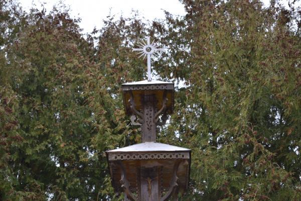 Stogastulpis Pušaloto bažnyčios šventoriuje