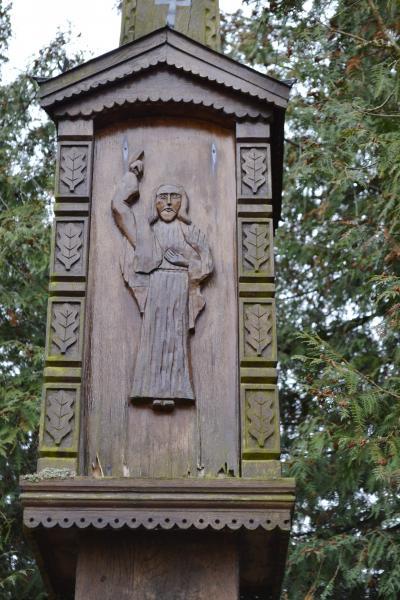 Kryžius tremtiniams Pušaloto bažnyčios šventoriuje
