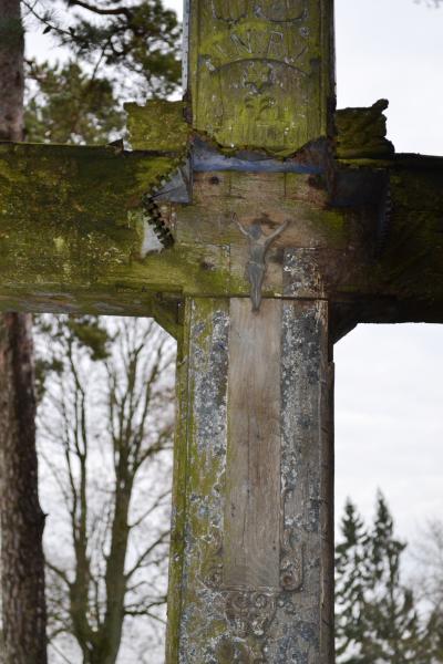 Kryžius pavasarininkams Pušaloto bažnyčios šventoriuje