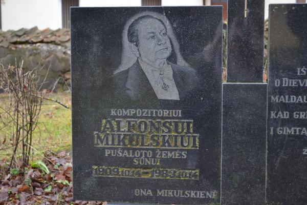 Paminklas kompozitoriui Alfonsui Mikulskiui Pušalote