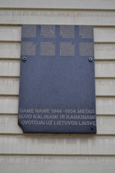 Atminimo lenta ant buvusios Pušaloto NKVD-MVD-MGB poskyrio ir stribų būstinės