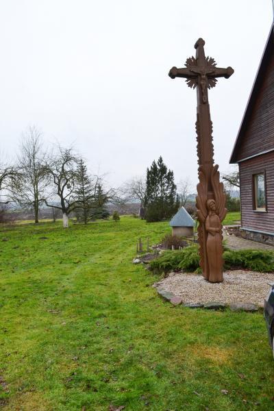 Kryžius Vitos ir Edmundo Žvigaičių sodyboje, Jakubonių kaime