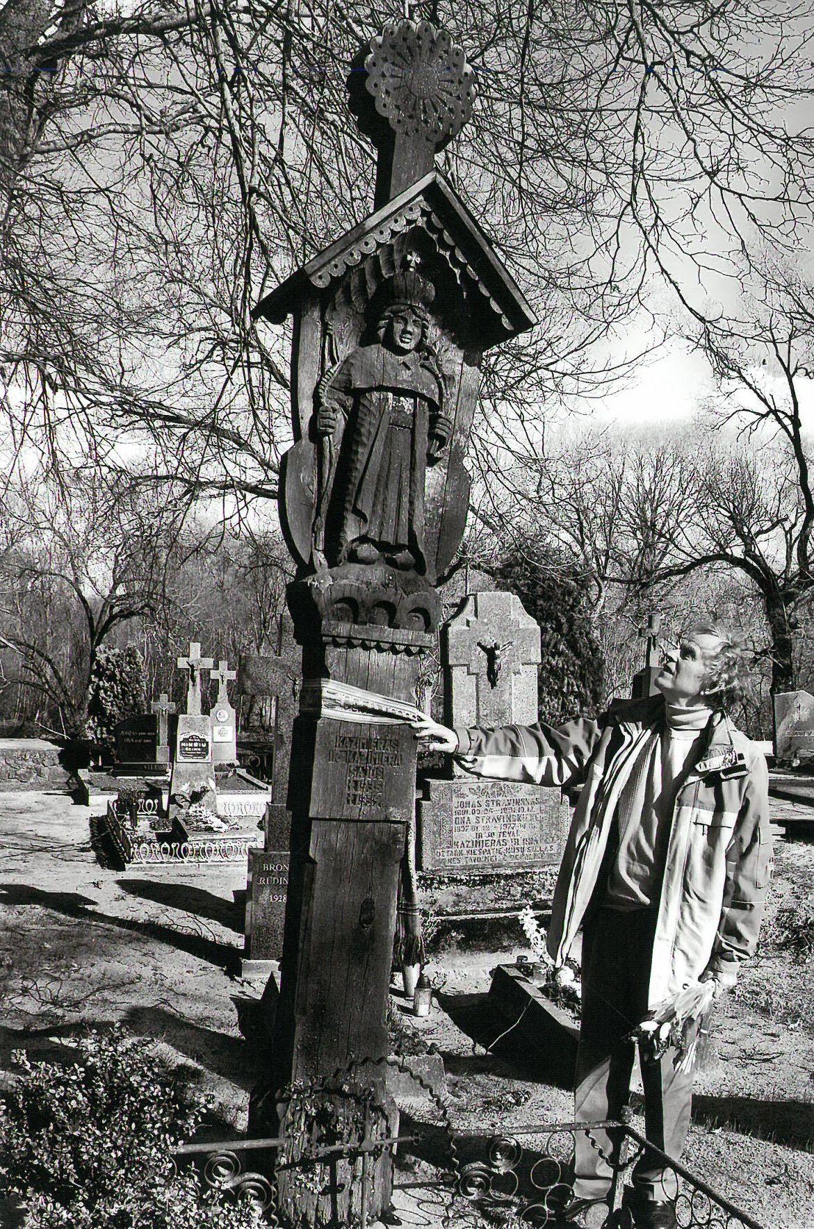 Stogastulpis dramaturgo Kazio Sajos tėvams Skėrių kapinėse