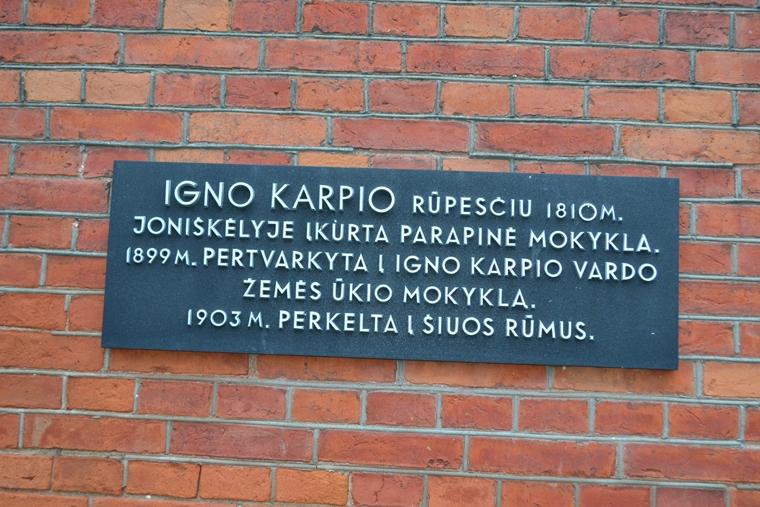 Atminimo lenta ant Joniškėlio Igno Karpio žemės ūkio ir paslaugų mokyklos sienos