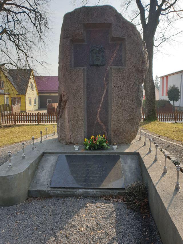 Paminklas tremties aukoms Pasvalio senosiose kapinėse