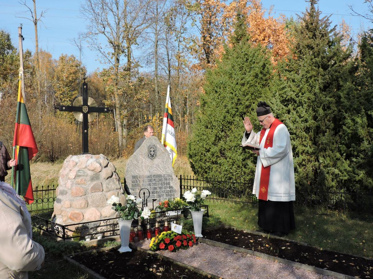 Kryžius partizanų atminimo vietoje, Austakynės kaime, Joniškėlio apylinkių seniūnijoje, Pasvalio rajone