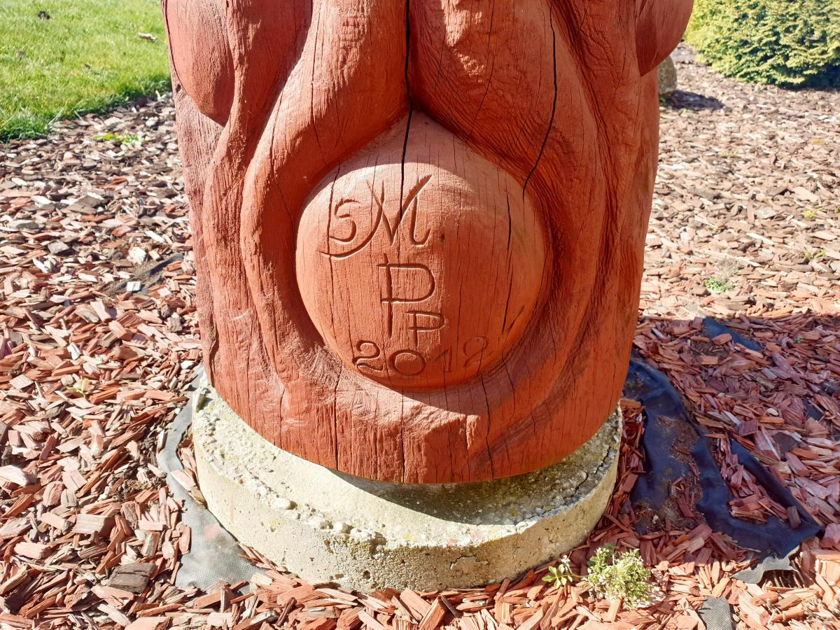 """Skulptūra """"Žinių vingiai"""" prie Ustukių pagrindinės mokyklos"""