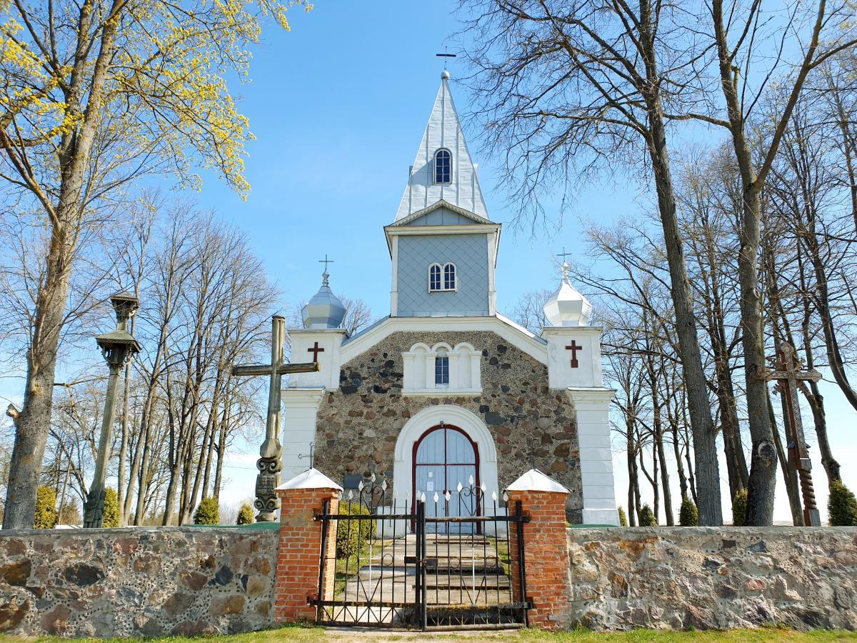 Stogastulpis Skrebotiškio Švč. Jėzaus Širdies bažnyčios šventoriuje