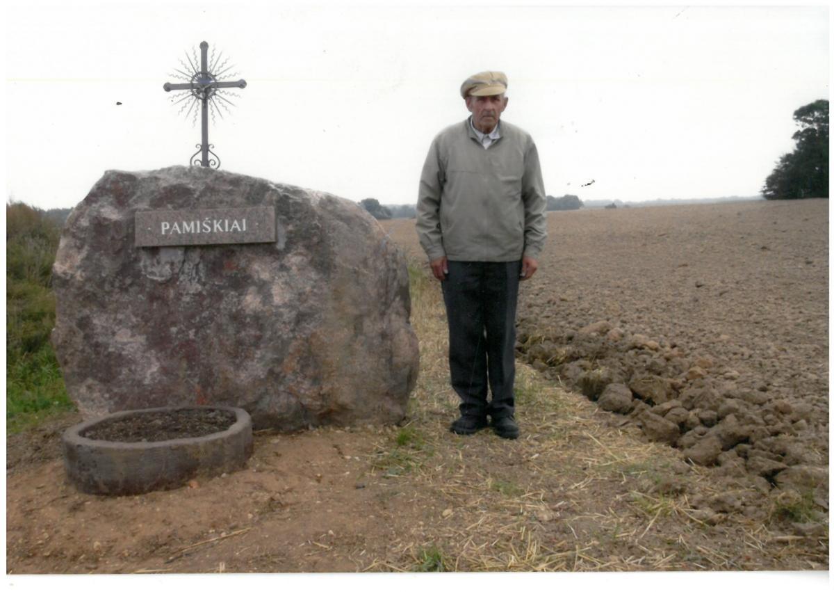 Paminklinis akmuo išnykusiam Pamiškių kaimui Pasvalio apylinkių seniūnijoje, Pasvalio rajone.