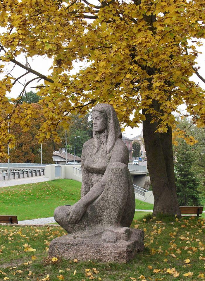 """Dekoratyvinė skulptūra """"Laukuose"""" Vytauto Didžiojo aikštėje, Pasvalyje"""