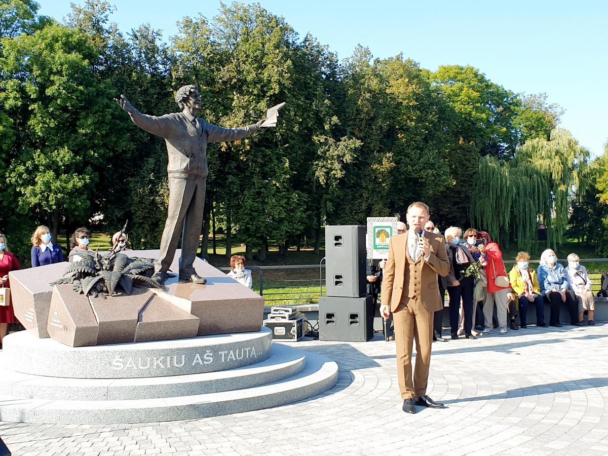Paminklas poetui Bernardui Brazdžioniui aikštelėje prie Svalios ir Lėvens upių santakos, Nepriklausomybės gatvės pradžioje, Pasvalio mieste