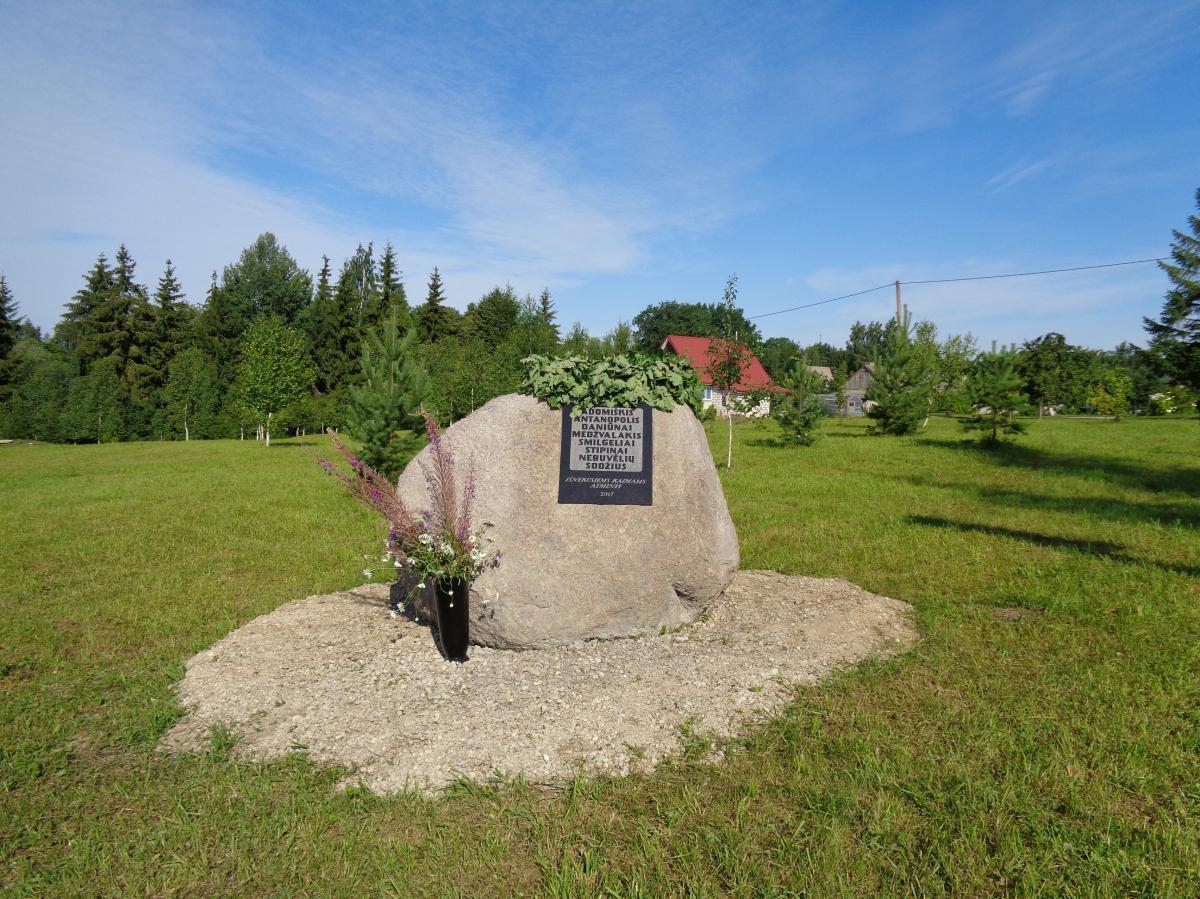 Paminklinis akmuo išnykusiems kaimams Grūžių kaime, Vaškų seniūnijoje