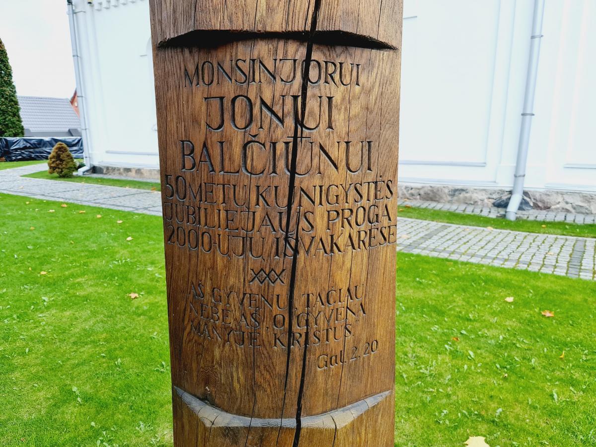 Atminimo stogastulpis klebonui monsinjorui Jonui Balčiūnui Pasvalio bažnyčios šventoriuje