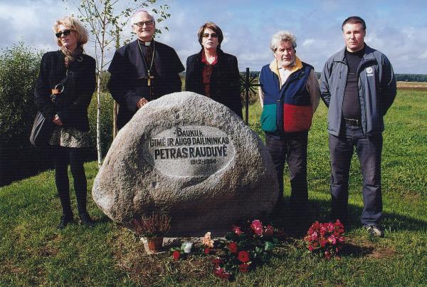 Paminklinis akmuo dailininkui Petrui Rauduvei